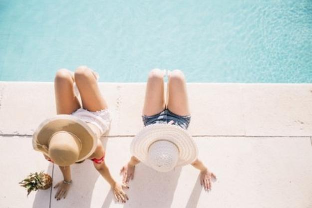 vue-de-dessus-des-filles-en-face-de-la-piscine_23-2147814780 (1)