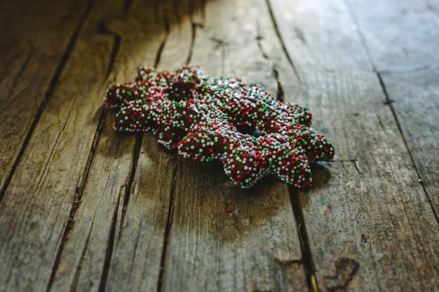 paire-biscuits-trempes-dans-du-chocolat-garnitures-forme-etoile-noel_47726-4306