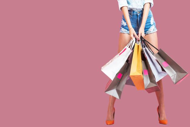 Le tiroir mode _ Slow fashion _ heureuse-jeune-femme-tenant-sacs-provisions-fond-rose_24711-273