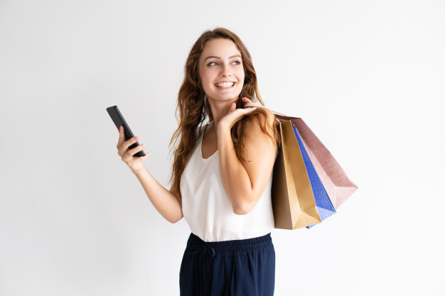 Le tiroir mode _ Slow fashion _ portrait-femme-souriante-sacs-provisions-smartphone_1262-14313